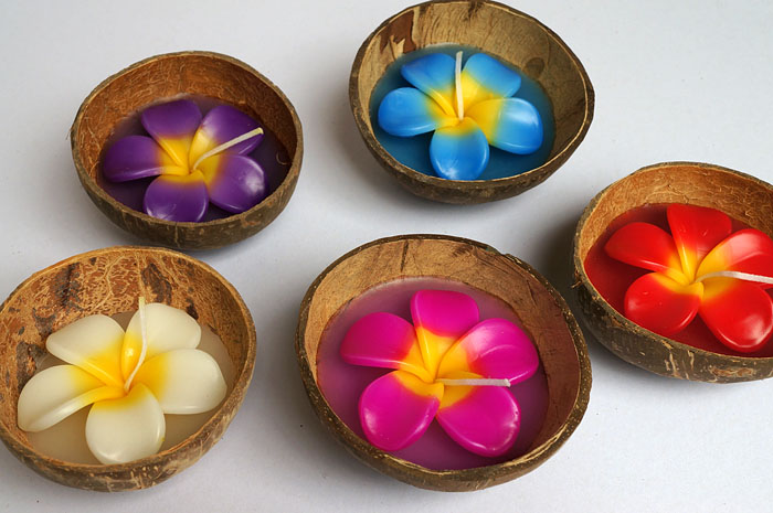 Hawaiian Plumeria Flower Candle in Coconut Shell, the coconut in half with hard shell. Size approximate 10x10x5 cm. The plumeria candle in white, yellow, pink, red, orange, green, purple, blue and other colors available. Burning is 6-8 hrs.